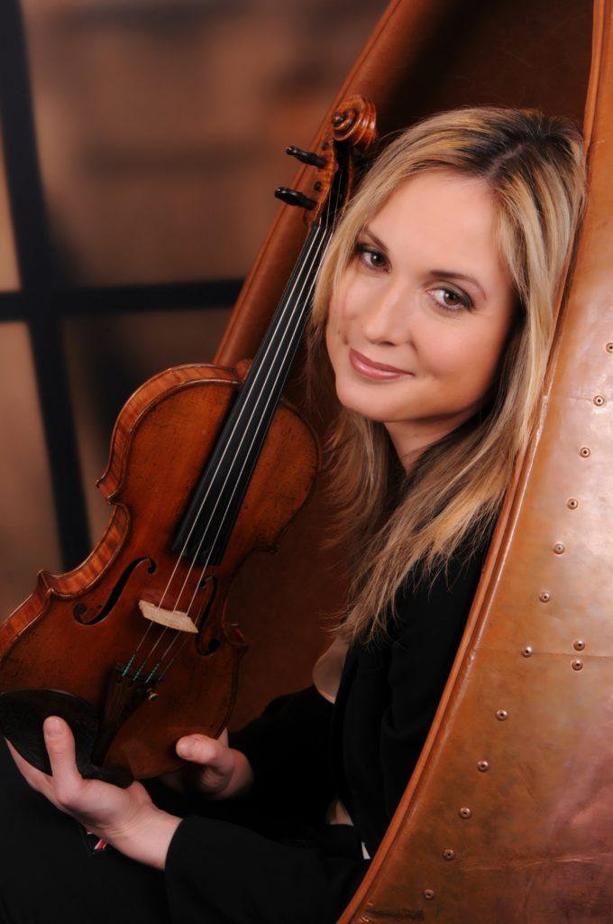 Katalin Hercegh mit Geige in der Hand